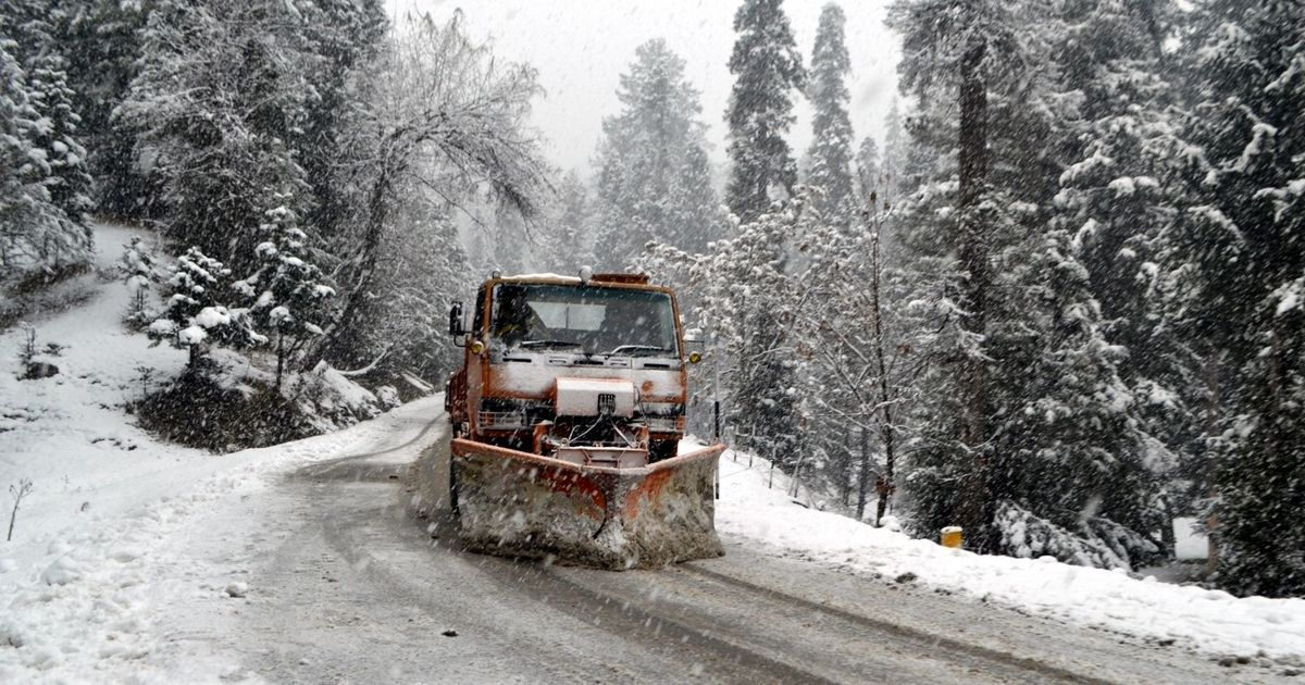Doda 07.01.2020:- Temperature fluctuated in Jammu and Kashmir's Doda district on Tuesday with fresh snowfall in the higher reaches and heavy rainfall reported from plain areas. Daily life was affected as the region has been witnessing heavy rain since the last three days. The areas where fresh snowfall was reported included Dessa, Nagni, Dedni, Jai, Padri and Gandoh in the mountainous Doda district. DC Doda Dr Sagar D Doifode said that the team has swung into action to restore the link roads in Doda, while appealing to people to not travel via highways or link road in heavy rain or snow conditions.