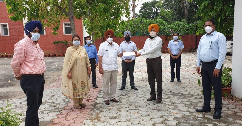 पंजाब ग्रामीण विकास अधिकारी संगठन ने मुख्यमंत्री राहत कोष में दिया अपना योगदान