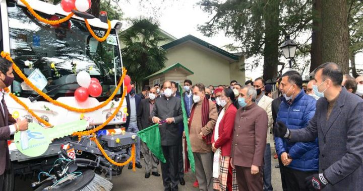 CM flags off sweeping machine under Shimla Smart City
