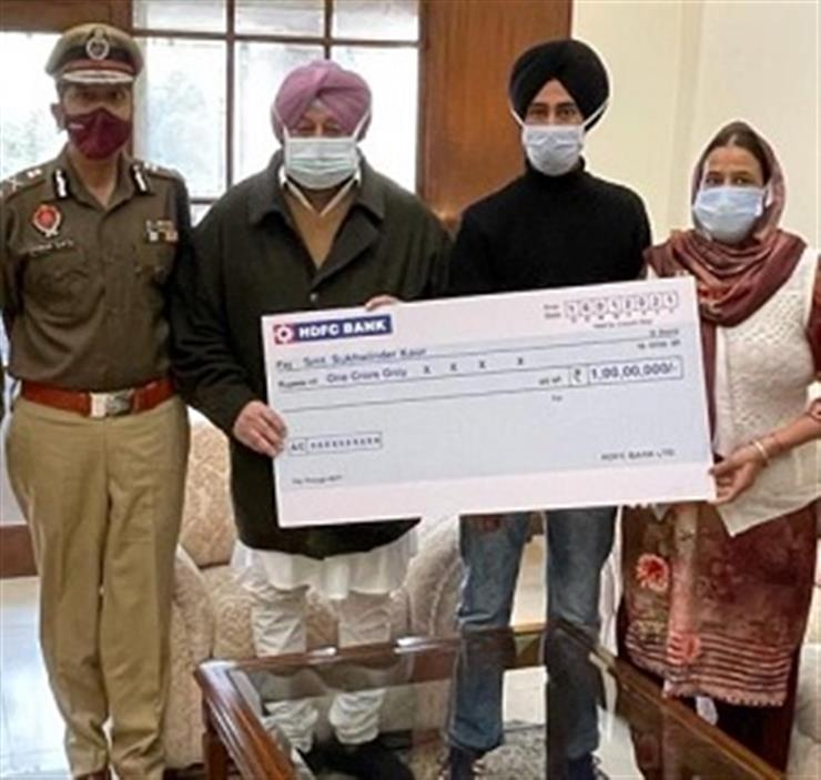 Punjab Chief Minister Captain Amarinder Singh on Monday, handed over a cheque of ₹1 crore as ex-gratia compensation to the family of slain Punjab Police Constable Jagmohan Singh