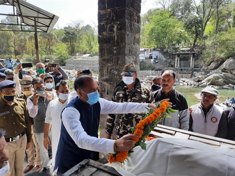 Chief Minister Jai Ram Thakur today expressed his condolences with the family members of MP Ram Swaroop Sharma by visiting his native village Jalpahar near Jogindernagar