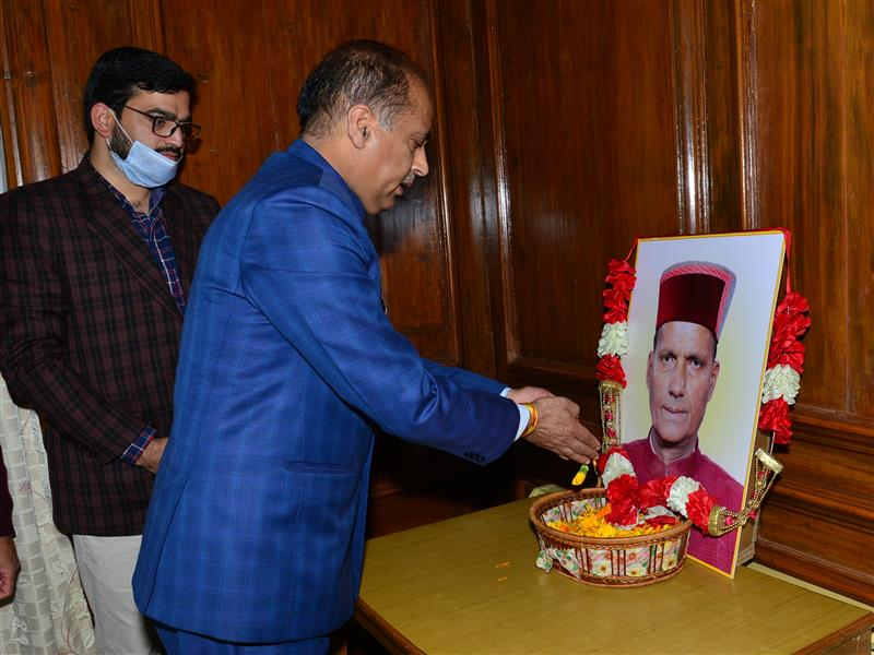 CM pays floral tributes to Ramswaroop Sharma