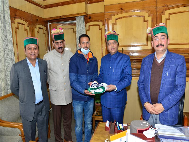CM presents National Flag to Amit Negi