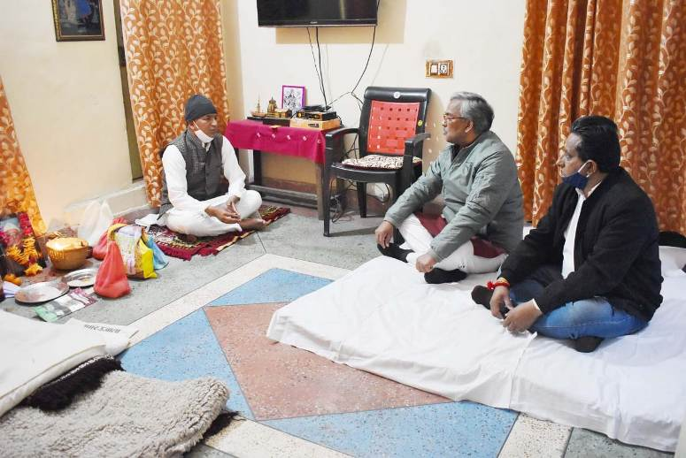 mukhyamantree shree trivendr sinh raavat ne kedaaranaath vidhaayak shree manoj raavat ke gopeshvar sthit aavaas par pahuaichakar unake pitaajee ke nidhan par shok vyakt kiya.