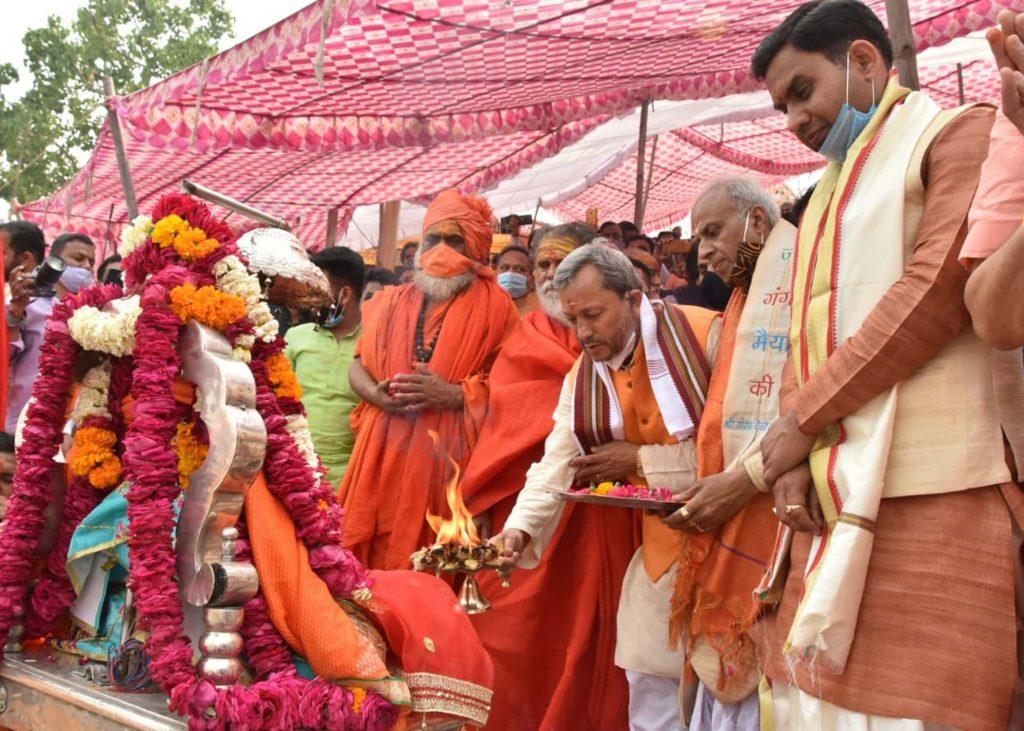 मुख्यमंत्री ने श्री गंगा सभा की ओर से आयोजित गंगा पूजन में की पूजाअर्चना