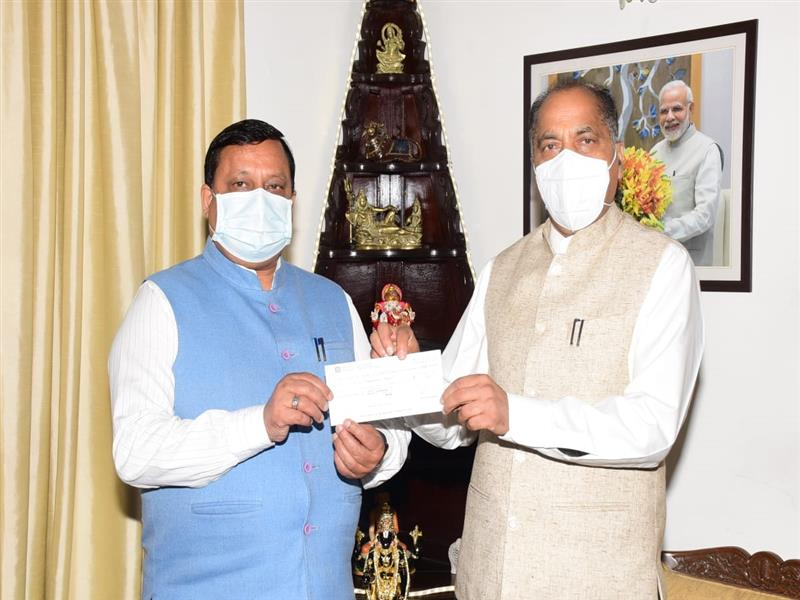 Virender Kanwar contributes cheque towards CM Covid-19 Fund
