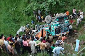 करसोग के कलांगर में पहाड़ से नीचे गिरा ट्रक