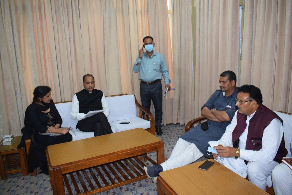 CM reviews developmental works in Mandi district