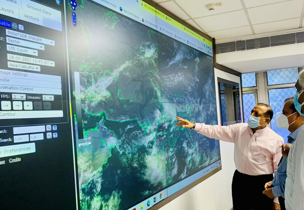 Union Minister Dr. Jitendra Singh visits Mausam Bhavan, reviews Monsoon trends at IMD Headquarters