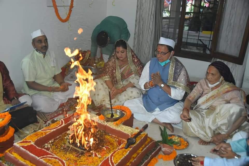 mukhyamantree shree pushkar sinh dhaamee ne somavaar ko mukhyamantree aavaas sthit shiv mandir mein pooja archana kar pradesh kee sukh samrddhi kee kaamana kee.