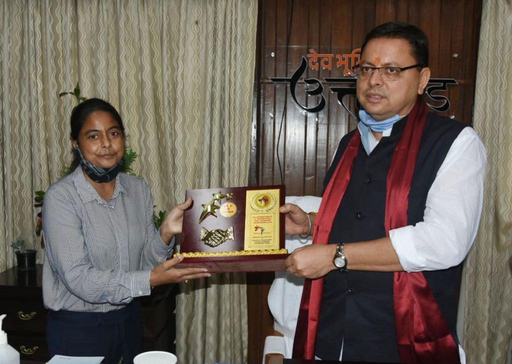 मुख्यमंत्री श्री पुष्कर सिंह धामी से मुख्यमंत्री आवास में उत्तराखण्ड स्पोट्र्स ताइक्वांडो एसोसिएशन दल ने भेंट किया।