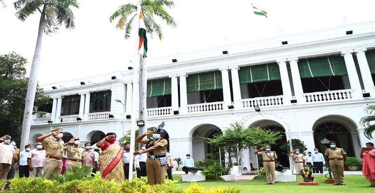 Governor hoists National Flag at Raj Bhavan