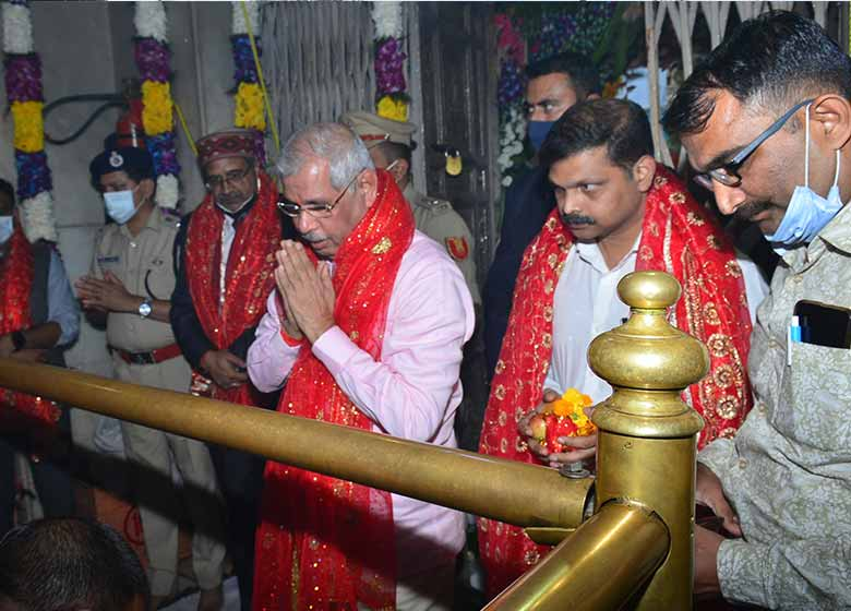 governor paid obeisance at mata brijeshwari temple